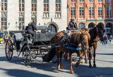 BRUGES, BELGIO EUROPA - 25 SETTEMBRE: Cavalli e carrelli dentro Immagini Stock
