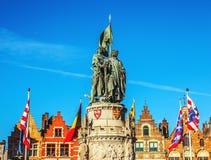 BRUGES, BELGIO - 17 GENNAIO 2016: Statua di Jan Breydel e di Pieter De Coninck, eroi della battaglia dei denti cilindrici Fotografie Stock