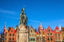 BRUGES, BELGIO - 17 GENNAIO 2016: Statua di Jan Breydel e di Pieter De Coninck, eroi della battaglia dei denti cilindrici Fotografie Stock Libere da Diritti