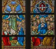 BRUGES, BELGIO - 12 GIUGNO 2014: L'ascensione della scena di Pentecoste e di Gesù sul windwopane nella chiesa della st Jacobs fotografia stock
