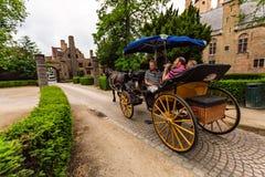 BRUGES, BELGIO - 10 GIUGNO 2014: Trasporto del cavallo sulla via di Bruges, Belgio Fotografia Stock Libera da Diritti