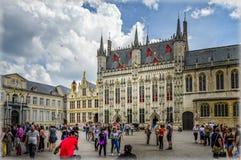 Bruges, Belgio Il grande quadrato del mercato fotografie stock libere da diritti