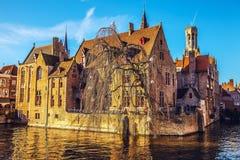 Bruges, Belgio Immagine con Rozenhoedkaai a canale di Bruges, fiume di Dijver e Belfort & x28; Belfry& x29; torre immagine stock