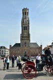 Bruges, Belgio - 11 maggio 2015: Campanile turistico di visita di Bruges sul quadrato di Grote Markt Immagine Stock