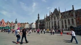 Bruges, Belgio - 11 maggio 2015: Turista sul quadrato di Grote Markt a Bruges stock footage