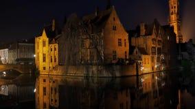 Bruges, Belgio 3 maggio 2017: Vista di notte di vecchia città di pietra e di alta torre archivi video