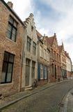 Bruges, Belgio, vecchia via fiamminga con la bicicletta Fotografie Stock Libere da Diritti