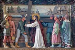 BRUGES, BELGIQUE - 13 JUIN 2014 : Jésus porte sa croix Soulagement à St Giles (Sint Gilliskerk) Image stock