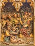 BRUGES, BELGIQUE - 12 JUIN 2014 : Le soulagement découpé du miracle de multiplier la nourriture dans la cathédrale de St Salvator Photos stock