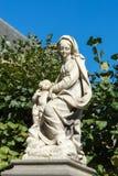 BRUGES, BELGIQUE L'EUROPE - 25 SEPTEMBRE : Statue d'une femme et d'un c Photo libre de droits