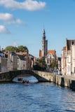BRUGES, BELGIQUE L'EUROPE - 26 SEPTEMBRE : Touristes appréciant un bateau Image libre de droits