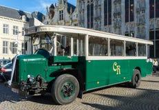 BRUGES, BELGIQUE L'EUROPE - 25 SEPTEMBRE : Vieil autobus en dehors du Prov Image libre de droits