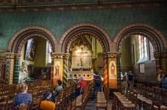 Bruges, Belgique - 11 mai 2015 : Les touristes visitent l'intérieur de la basilique du sang saint à Bruges Image stock