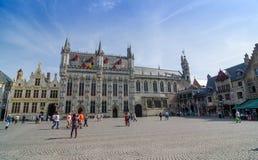 Bruges, Belgique - 11 mai 2015 : Touriste sur la place de Burg à Bruges, Belgique photos libres de droits