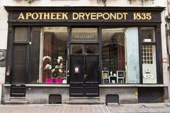 BRUGES/BELGIUM -2014年4月13日:老药商药房店面 免版税库存图片