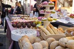 BRUGES/BELGIUM -2014年4月13日:被烘烤的物品和蛋糕表  免版税库存照片