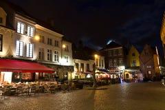 BRUGES/BELGIUM - 14 de abril de 2014: Pubs y restaurantes en Brujas Imagen de archivo libre de regalías