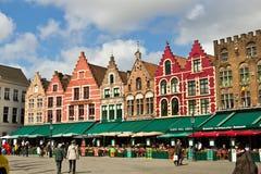 BRUGES/BELGIUM - 14 de abril de 2014: Pubs y restaurantes en el mA Fotos de archivo libres de regalías