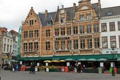 BRUGES/BELGIUM - 14 de abril de 2014: Turistas en los restaurantes en Imagen de archivo libre de regalías