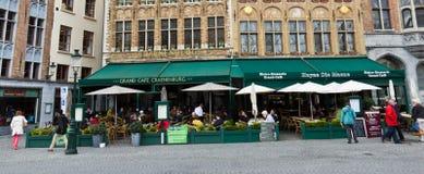 BRUGES/BELGIUM - 14 de abril de 2014: Turistas en los restaurantes en Fotografía de archivo libre de regalías