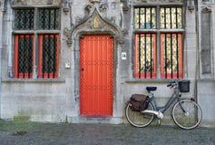 BRUGES BELGIUM/EUROPA, WRZESIEŃ 25, -: Bicykl na zewnątrz właściwego Fotografia Royalty Free