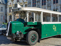 BRUGES BELGIUM/EUROPA, WRZESIEŃ 25, -: Stary autobus na zewnątrz Prov Obraz Royalty Free