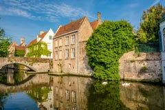 Bruges Brugge cityscape med den vattenkanalen och bron Royaltyfri Fotografi