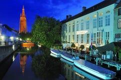 Kyrka av vår Lady vid natt - Bruges Fotografering för Bildbyråer