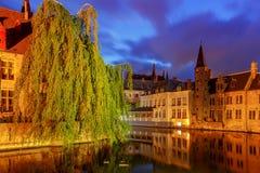 Bruges Canal de ville dans l'éclairage de nuit photo libre de droits