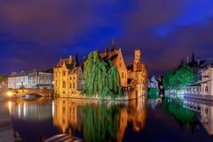 Bruges Canal de ville dans l'éclairage de nuit photo stock
