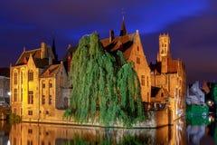 Bruges Canal de ville dans l'éclairage de nuit photographie stock