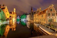 Bruges Canal de ville dans l'éclairage de nuit photographie stock libre de droits