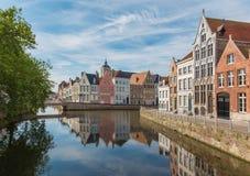 Bruges - canal et St Annarei et rues de Verversdijk Photos stock