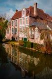 Bruges - casa de campo cor-de-rosa imagem de stock