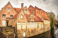 Bruges - casas velhas em um canal imagens de stock royalty free