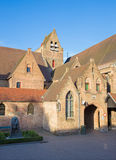 Bruges - gården av helgonet John Hospital (Sint Janshospitaal) i afton royaltyfria bilder