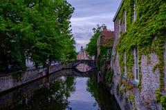 Bruges gammal stad och kanal med vattenreflexion, Belgien Arkivfoto