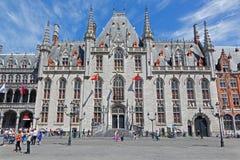 Bruges - Groten Markt och Provinciaal Hof den gotiska byggnaden Royaltyfria Foton