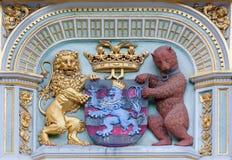 Bruges - heraldiken av staden Bruges från huset på småstadfyrkant Royaltyfria Foton