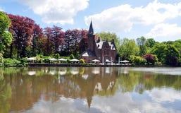 Bruges historycznego budynku odbicie na jeziorze Zdjęcia Stock