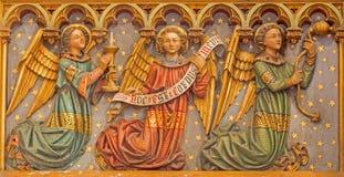 Bruges - il sollievo neogotico scolpito degli angeli dall'altare laterale nella cattedrale della st Salvator (Salvatorskerk) Fotografia Stock