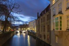 Bruges kanałowy widok przy błękitną godziną, Belgia Obraz Stock