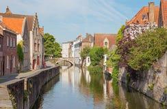 Bruges - kanal- och Gouden Hadstraat gata i morgon Royaltyfria Bilder