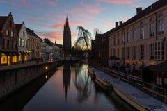 Bruges kanal på solnedgången, Belgien royaltyfri fotografi