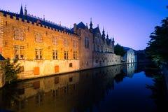 Bruges kanal vid natt fotografering för bildbyråer