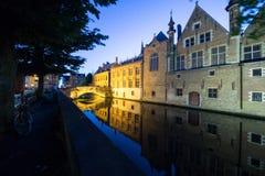 Bruges kanal vid natt royaltyfria bilder