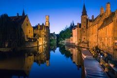 Bruges kanal vid natt Arkivbilder