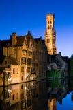 Bruges kanal vid natt arkivfoto