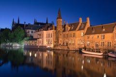Bruges kanal vid natt Royaltyfri Fotografi