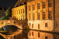 Bruges kanal vid natt Arkivbild